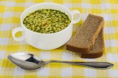 Schüssel Suppe mit Teigwaren, Brot Stockbilder