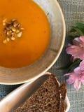 Schüssel Suppe und Brot Stockfotografie