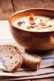 Schüssel Suppe und Brot Stockfoto