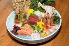 Schüssel Sushi mit Garnele, Thunfisch, Lachsen, Oberteil, Auster und Meer g Lizenzfreie Stockfotografie