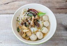 Schüssel thailändische Artrindfleisch-Nudelsuppe, Boots-Nudel stockbild