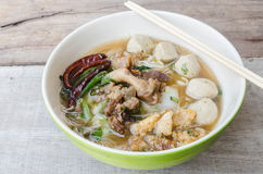 Schüssel thailändische Artrindfleisch-Nudelsuppe, Boots-Nudel lizenzfreies stockfoto