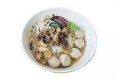 Schüssel thailändische Artrindfleisch-Nudelsuppe, Boots-Nudel, lokalisiert auf wh stockbild