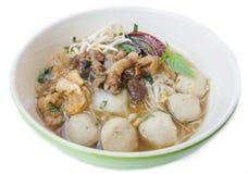 Schüssel thailändische Artrindfleisch-Nudelsuppe, Boots-Nudel, lokalisiert auf wh lizenzfreies stockbild