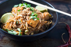 Schüssel thailändische vegetarische Nudeln der Auflage Stockfoto