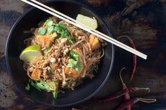 Schüssel thailändische vegetarische Nudeln der Auflage Lizenzfreies Stockfoto