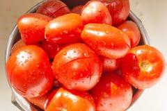 Schüssel Tomaten, die gewaschen werden lizenzfreie stockfotografie