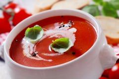 Schüssel Tomatensuppe mit Sahne und Basilikum Lizenzfreies Stockfoto