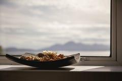 Schüssel Topf pourri mit Landschaft im Hintergrund beleuchtete durch das s stockbild