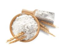 Schüssel und Schaufel mit Mehl stockfotografie
