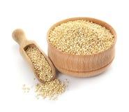 Schüssel und Schaufel mit roher Quinoa stockfoto