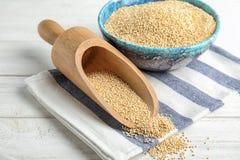 Schüssel und Schaufel mit weißer Quinoa lizenzfreies stockbild