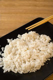 Schüssel voll Reis auf Weiß mit Beschneidungspfad Stockfotografie
