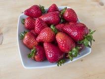 Schüssel voll rote Erdbeeren Lizenzfreies Stockbild