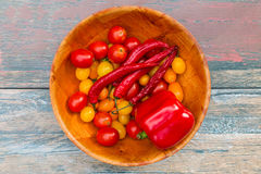 Schüssel voll Tomaten, süßer Paprika und Paprikapfeffer lizenzfreies stockbild