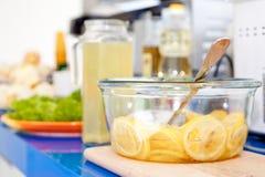 Schüssel voll Zitrone-Scheiben Stockfoto