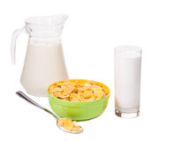 Schüssel von Corn-Flakes und von Milchflasche Stockfotos
