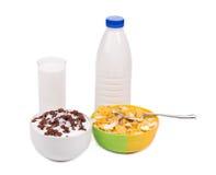 Schüssel von Corn-Flakes und von Milchflasche Lizenzfreies Stockbild