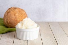 Schüssel von geschaufeltem verfestigtem Kokosnussöl eine gesunde Alternative zu den Pflanzenölen lizenzfreie stockfotos