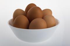 Schüssel von Hen Eggs auf einer weißen Tabelle Lizenzfreie Stockbilder