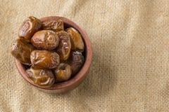 Schüssel von Ramadan Dried Dates Lizenzfreie Stockfotos