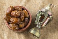 Schüssel von Ramadan Dried Dates und von Laterne Stockbilder