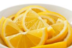 Schüssel Zitronenscheiben stockfotografie