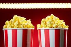 Schüsseln gefüllt mit Popcorn für Film-Nachtrot-Hintergrund Stockfoto