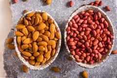 Schüsseln geschälte Erdnüsse und Mandeln oben Stockfoto