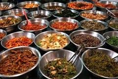 Schüsseln kimchi auf einem koreanischen traditonal Nahrungsmittelmarkt stockbild