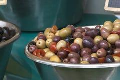 Schüsseln Mischoliven und schwarze Oliven Lizenzfreie Stockfotografie