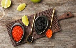 Schüsseln mit schwarzem und rotem Kaviar lizenzfreie stockfotos