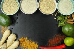 Schüsseln mit verschiedenen Arten des Reises, des Gemüses und der Gewürze kopieren s Lizenzfreies Stockfoto