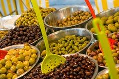 Schüsseln Oliven für Verkauf Stockbilder