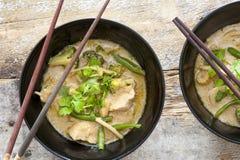 Schüsseln thailändischer grüner Curry mit Essstäbchen Stockbild