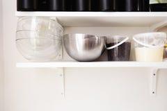 Schüsseln und Gewürzeimer - Küchen-Stillleben-Essgeschirr Tray Other Different Stuff auf Hintergrund-Platte lizenzfreies stockbild