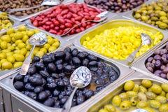 Schüsseln verschiedene Oliven für Verkauf an einem Marktplatz Organisch, gesund, Pflanzenkostlebensmittel-Konzepthintergrund Sele Lizenzfreies Stockfoto