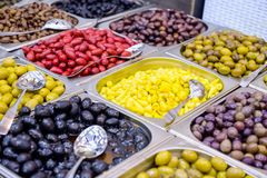 Schüsseln verschiedene Oliven für Verkauf an einem Marktplatz Organisch, gesund, Pflanzenkostlebensmittel-Konzepthintergrund Sele Stockfotografie