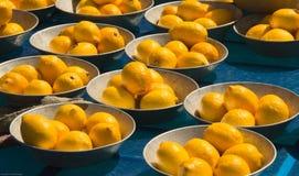 Schüsseln Zitronen am -Telefonverkehr Stockbild