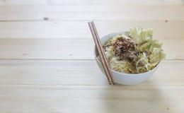 Schüsselnudel mit Gemüse auf hölzernem Hintergrund Lizenzfreie Stockfotos