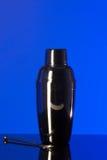 Schüttel-Apparat auf einem blauen Hintergrund Lizenzfreies Stockbild