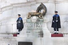 Schützen Sie Ceremonial Altar des Vaterlands in Rom (viktorianisch) mit Gewehr Stockfotos