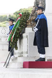 Schützen Sie Ceremonial Altar des Vaterlands in Rom (viktorianisch) mit Gewehr Lizenzfreies Stockfoto