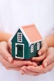 Schützen Sie Ihr Haus - Versicherungskonzept lizenzfreie stockbilder