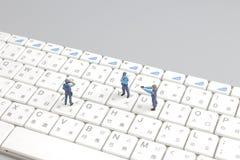 Schützende Laptop-Computer der Minipolizeigruppe Lizenzfreies Stockbild
