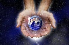 Schützende Planetenerde lizenzfreies stockfoto