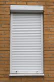 Schützende Rollenfensterläden des Weißmetalls in der weißen Farbe Lizenzfreie Stockfotografie