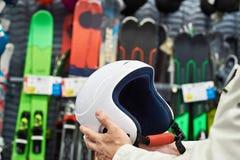 Schützender Sportsturzhelm für das Ski fahren in den Händen Stockfotos