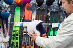 Schützender Sportsturzhelm für das Ski fahren in den Händen auf Speicher Stockbilder