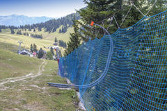 Schützendes Netz zur Bahn des alpinen Skifahrens Stockfotos